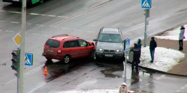 Если водитель не уступил дорогу какой штраф ему положен?